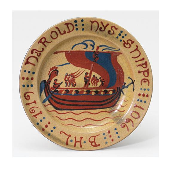 ★LOT.205  バーナード・リーチ 「HAROLD HYS SHIPPE」  D34.4cm   口縁部に描き銘「B・H・L」、「1919」記、 「HAROLD HYS SHIPPE 1066」記 高台内に「Bayeux」記 共箱(1920年) 1919年作 ホツ有 落札予想価格:30万円~60万円